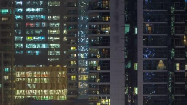Zářící okna mrakodrapů na večer timelapse