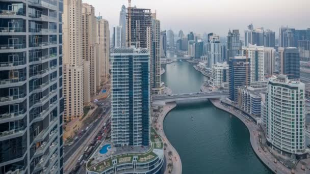 Den nádherný letecký pohled shora na noční timelapse přechod kanálu Dubai Marina