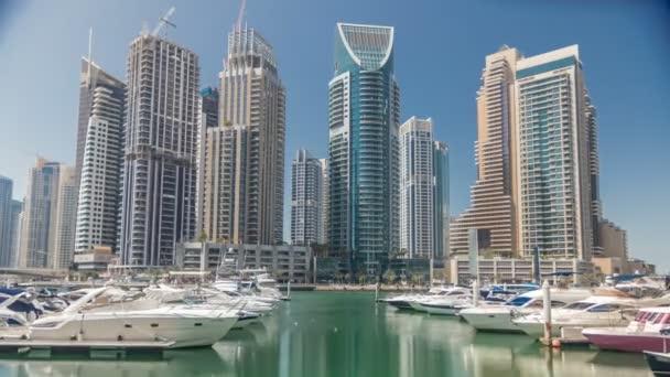 Panoramatický pohled s moderní mrakodrapy a vodní mola s jachty timelapse Dubai Marina, Spojené arabské emiráty