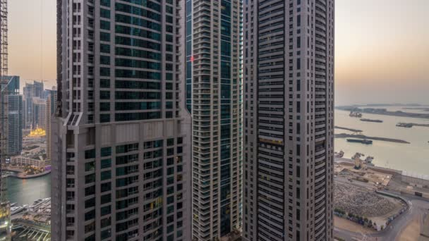 Dubai Marina den na noční timelapse, třpytivé světla a nejvyšších mrakodrapů