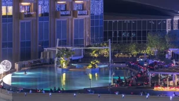 Střešní bazén v Dubai marina noční timelapse