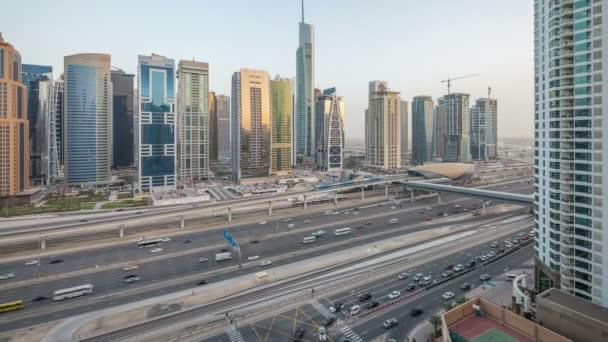 Letecký pohled na Jumeirah lakes věže mrakodrapů den noční timelapse s provozem na bulváru sheikh zayed road