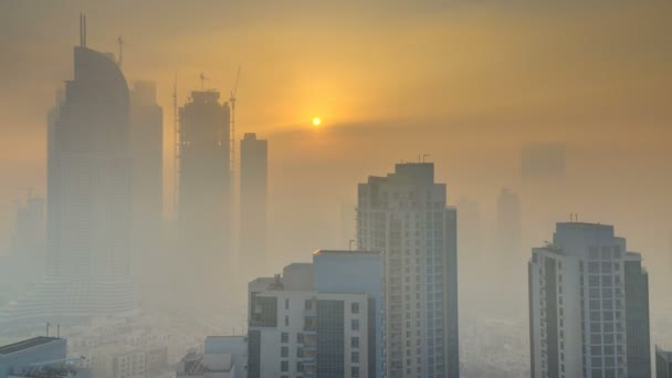 Mlhavé ráno svítání v centru města Dubaj timelapse