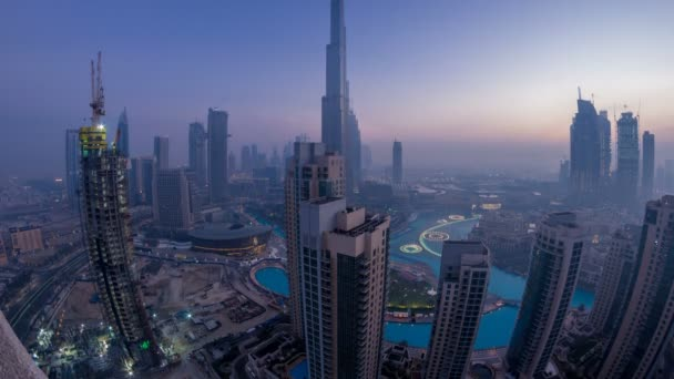 Mlhavé ráno v centru Dubai v noci den timelapse
