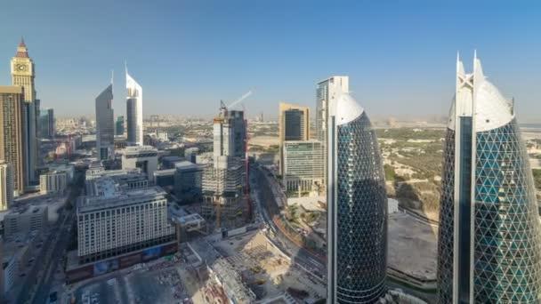 Pohled na panorama budov Sheikh Zayed Road a Difc timelapse v Dubaji, Spojené arabské emiráty