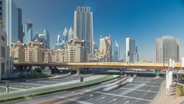 Poblíž Sheikh Zayed Road timelapse, moderní mrakodrapy a okolí v městě Dubaj luxusní Busy provozu