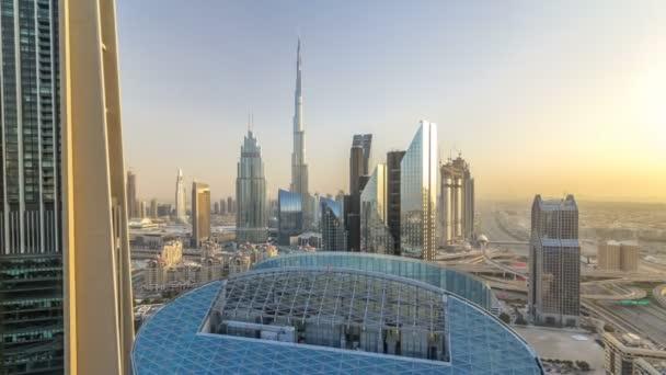 Do centra Dubaje v západu slunce timelapse s nejvyšší budovu a Sheikh Zayed silniční dopravy, Spojené arabské emiráty