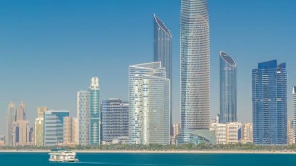 Pohled z vysoké mrakodrapy na corniche, Abu Dhabi, táhnoucí se podél obchodního centra timelapse hyperlapse