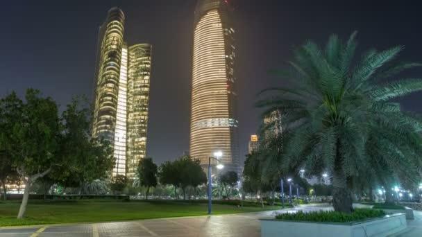 Mrakodrapy v panorama Abú Dhabí v noci timelapse, Spojené arabské emiráty