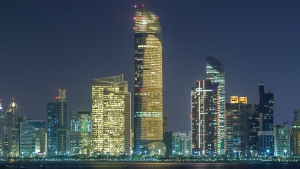 Vista panoramica della Skyline di Abu Dhabi e lungomare di notte timelapse, Emirati Arabi Uniti