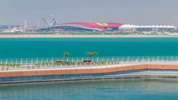 Pohled na svět Ferrari v Yas Island Abu-Dhabi timelapse