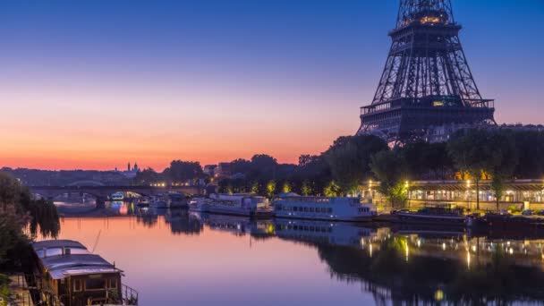 Eiffelova věž a v noci řeky Seiny na den timelapse, Paříž, Francie