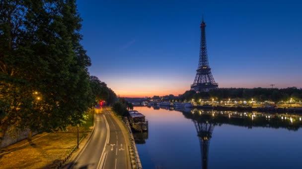Eiffelova věž a Seina řeka noc za dnem, Paříž, Francie