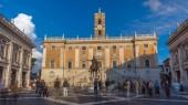 Fotografia Campidoglio landmark Piazza timelapse hyperlapse disegnata da Michelangelo. Piazza circondata da edifici di musei classici neo con torre dellorologio e la statua in bronzo di Mark Aurelius