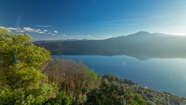 Panoramatický výhled na jezero Albano pobřeží na východ timelapse, provincie Řím, Lazio, střední Itálie