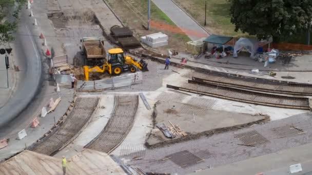 Konkrétní práce pro silniční údržbu stavby s mnoha pracovníků a směšovače timelapse