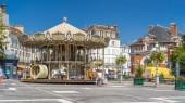 Kolotoč na hlavním náměstí Fontainebleau timelapse hyperlapse. Historické budovy na pozadí