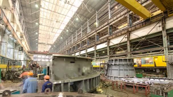 industrielle Produktion von Turbinen für die Schwerindustrie Zeitraffer. Riesige Stahlturbinenkomponenten.