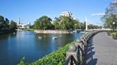 Fotografie Most pro pěší přes řeku Charkova (Maryinsky most) a nábřeží timelapse, který je oblíbeným místem ve městě milovníky páry. Charkov, Ukrajina