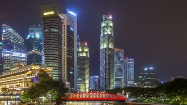 Pohled ze Singapuru obchodní čtvrť mrakodrapů v noční době s vodou odrazy timelapse hyperlapse