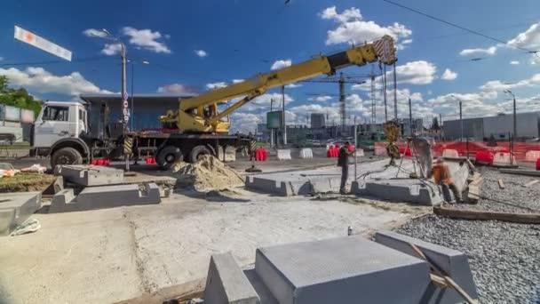 Betonplatten per Kran im Zeitraffer auf Baustelle einbauen.