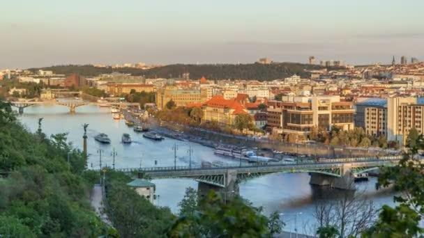 Letecký pohled na západ slunce z řeky Vltavy a mosty večer timelapse, Praha
