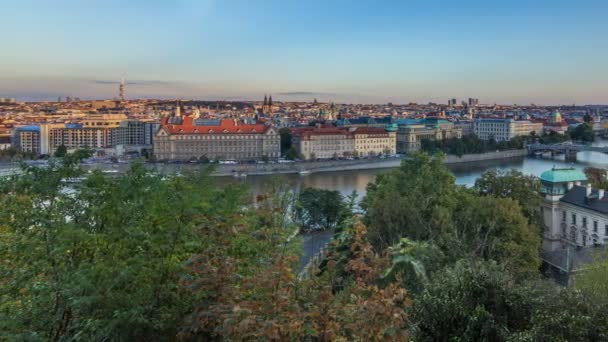 Večerní slunce Panorama Prahy se řeka Vltava a pražské mosty timelapse.