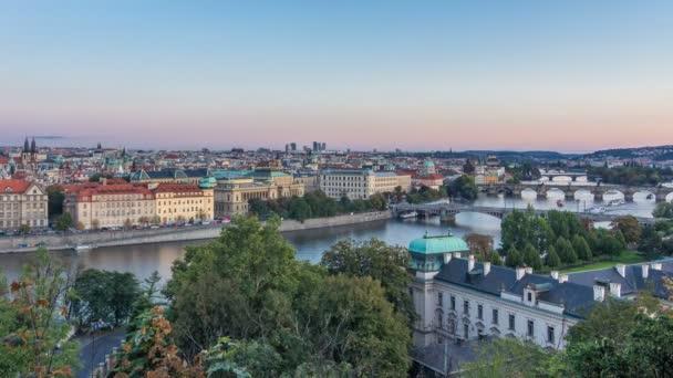 Večerní Panorama Prahy se řeka Vltava a pražské mosty den noční timelapse.