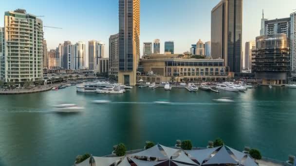 Vew aerea di Dubai Marina Shopping mall, ristoranti, torri e yacht timelapse, Emirati Arabi Uniti.