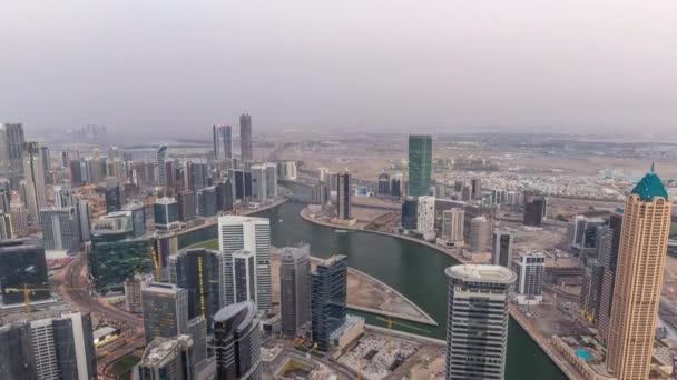 Panoramatický letecký pohled na věže obchodních prostor v Dubaji den do noci.