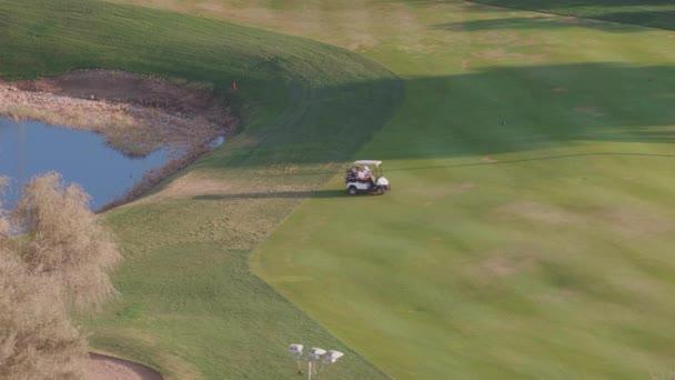 Krajina zeleného golfového hřiště se stromy letecký výhled. Dubaj, Uae