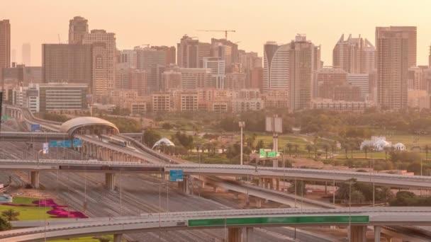 Dubaj Golfové hřiště s městskou krajinou Gereens a Tecom okresy na pozadí letecké timelapse
