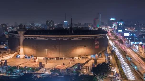 Luftaufnahme des Nationalstadions in der peruanischen Hauptstadt Lima mit dem nächtlichen Zeitraffer der Via Expresa