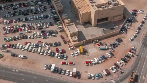 Aerial view teljes autók nagy szabadtéri parkolók timelapse Dubai, Uae.