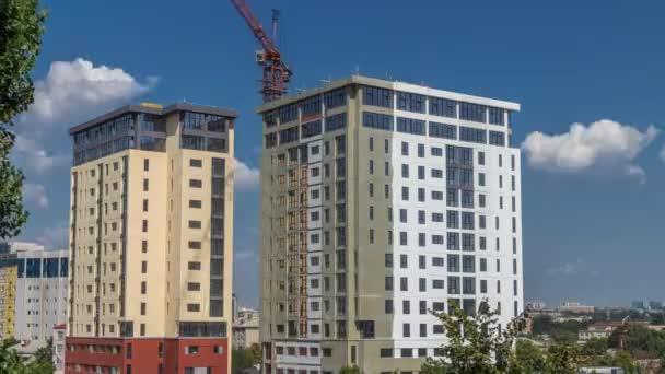 Jeřáb a stavba staveniště proti modré obloze vzdušný timelapse