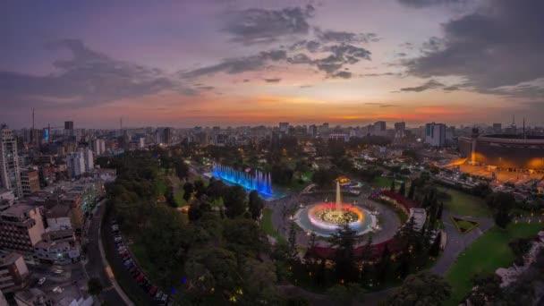 Luftaufnahme zum Park des Reservats mit magischem Wasserkreislauf größter Brunnenkomplex Tag-Nacht-Zeitraffer