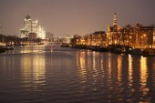 világító épületek tükrözi, a nyugodt vízben, csodálatos városkép hajóval: éjszaka, Amszterdam, Hollandia-csatorna