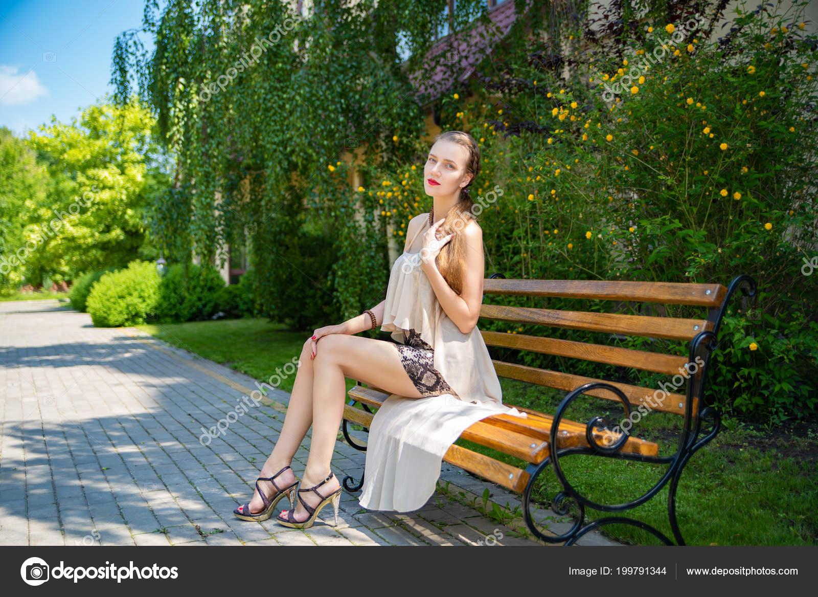 devushki-sidyat-v-yubkah-foto-luchshie-glamurnie-eroticheskie-foto