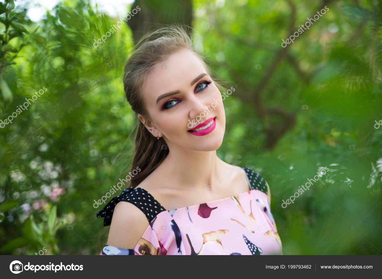 Retrato Dama Bonita Muchacha Hermosa Con Maquillaje