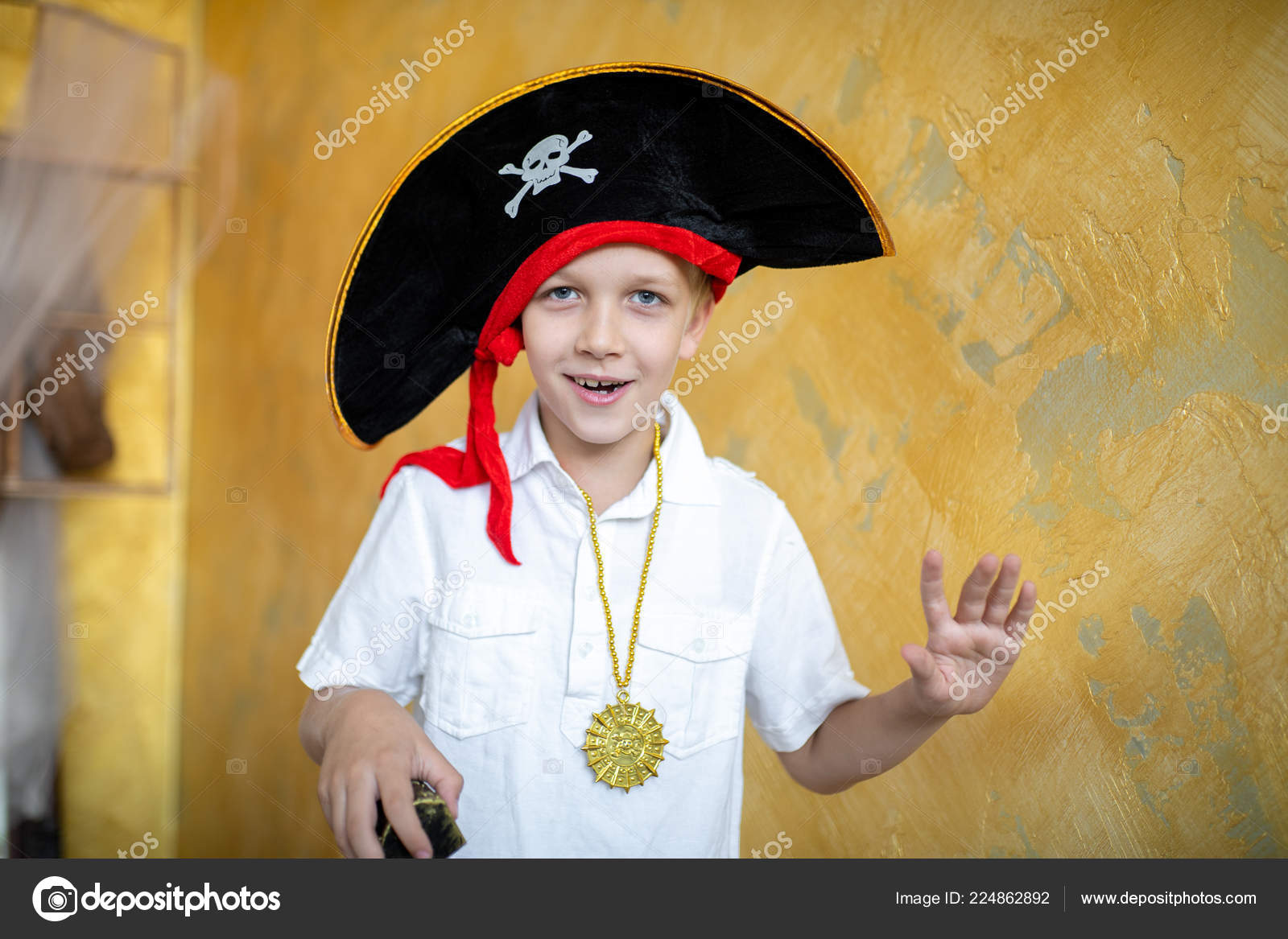 Pirata niño preparándose para la fiesta de Halloween. Gran pirata sombrero  capitán de un barco c1615adbeb4