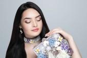 junges schönes Mädchen, massives Accessoire Blumen Halskette.