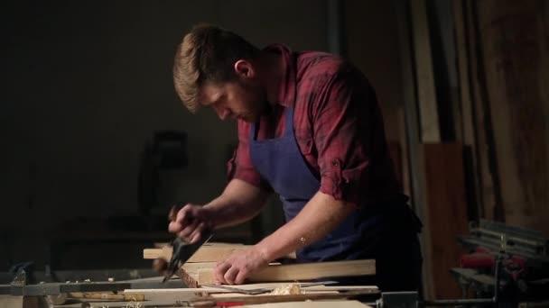 Tesařský mistr pracuje s stromu v dílně. Malé firmy