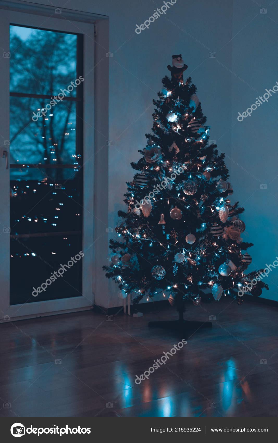 Beleuchtete Bilder Weihnachten.Schön Dekorierte Und Beleuchtete Weihnachtsbaum Der Nacht