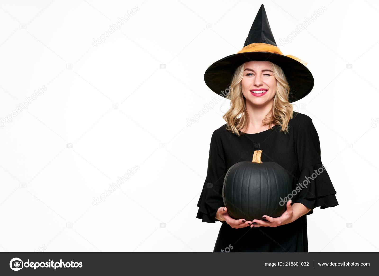 Strega Halloween Che Tiene Zucca Grande Nero Sbattere Palpebre Bella — Foto  Stock 4c637966e945