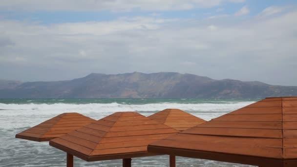 Stürmischer Tag am leeren Strand