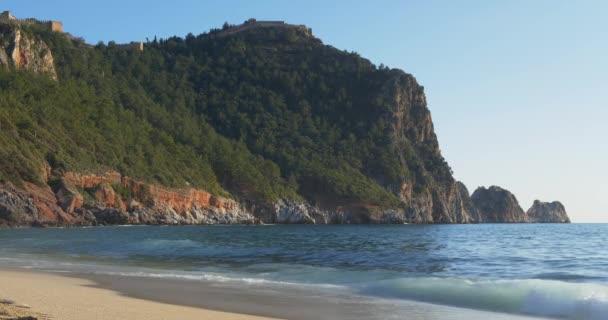Az Alanya kastély található, egy hegy tetején
