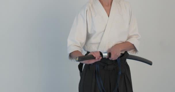 Iaido mester gyakorlatban. Harcművészetek demonstráció dodjo