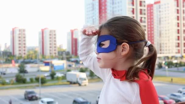 Szuperhős gyerek városi háttér