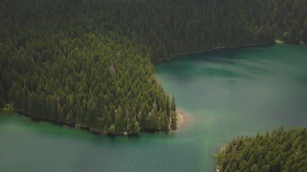 Vzdušný záběr černého jezera v národním parku Durmitor