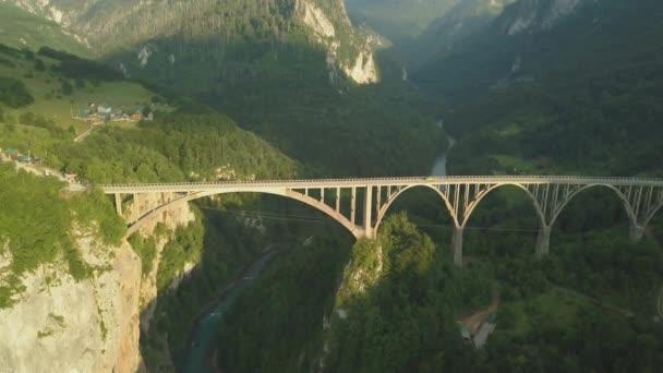 Djurdjevský most přes řeku Tara v severní části Černé hory. Vzdušné záběry